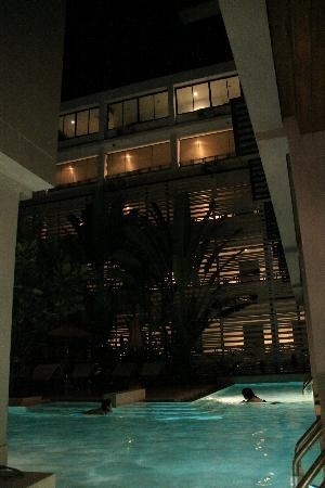 Aree Tara Resort: Swimming Pool in night time