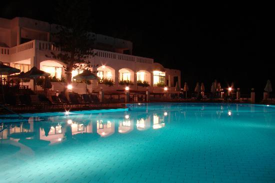 Maritimo Beach Hotel : Hotel after the sunset