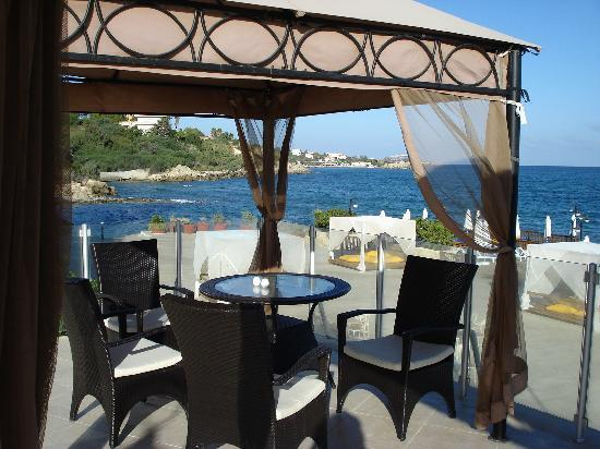 Ada Beach Hotel: One of the relaxation areas