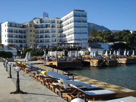 Alsancak - Karavas, Chipre: Vie of Hotel from decking area