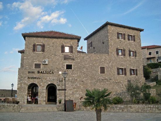 Ulcinj, Montenegro: hôtel vu de la promenade des ramparts