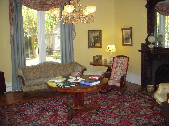 Hillsdale House Inn: One of the many browsing rooms