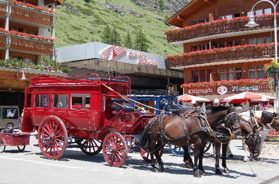 Hotel Eden Wellness: A l'arrivée du train Teasch-Zermatt