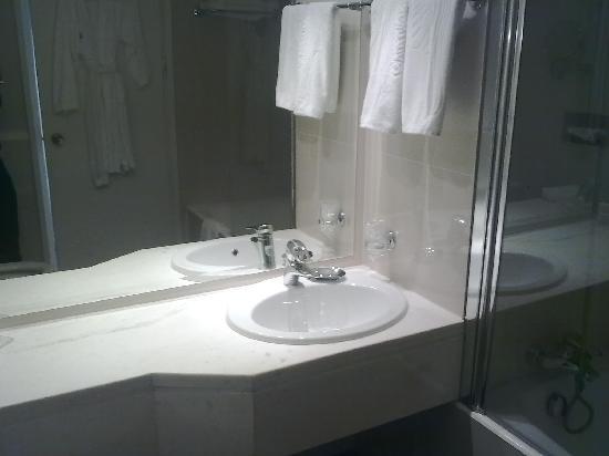 Grecian Bay Hotel : NIce bathroom, very spacious and light