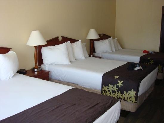 Gold Leaf Hotel: Three beds