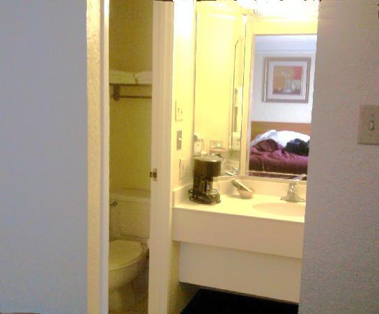 Regency Inn: Bathroom