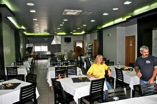 Delicias do Mar: Speisesaal mit offener Küche
