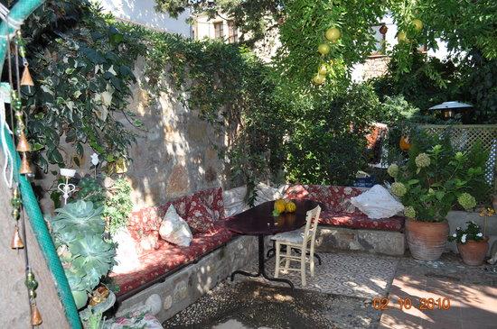 Rengigul Konukevi: The beautiful garden