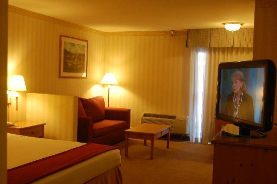 Central Inn & Suites: Our Room -