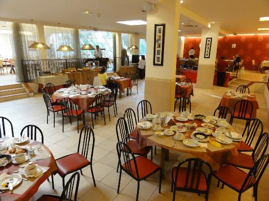 BEST WESTERN Atrium Arles: Breakfast, but hard to find a place to eat