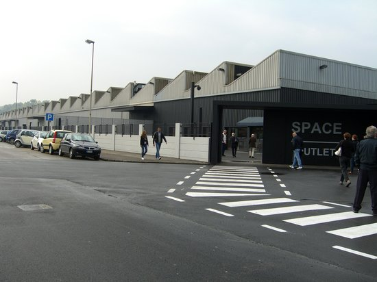 ‪Prada Outlet (Space)‬