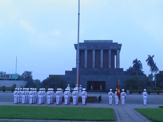 Real Darling Cafe Guest House: Flaggenappell früh um 7 Uhr vorm Ho ChI Minh Mausoleum