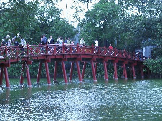 Real Darling Cafe Guest House: Brücke zum chinesischen Tempel am See