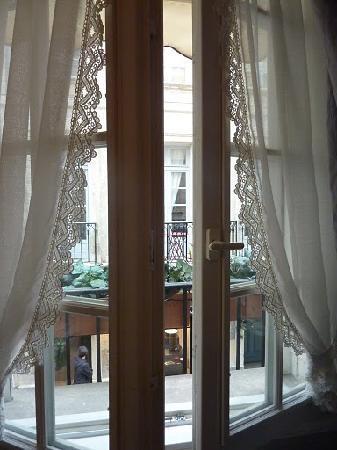 Hotel Mignon: First floor window overlooking the street