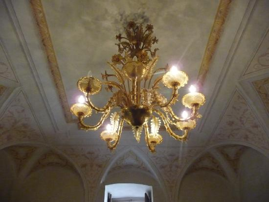 Palazzo Dragoni: Beautiful common area with vaulted ceilings (albeit with 2 blown bulbs ...)