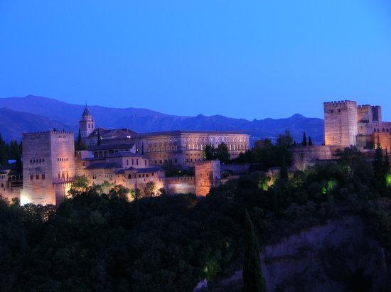 Granada, Španělsko: Die Alhambra bei Sonnenuntergang