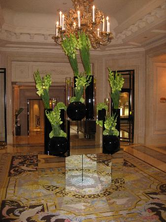 Four Seasons Hotel George V: The Lobby