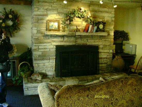 Rodeway Inn: fireplace in the lobby