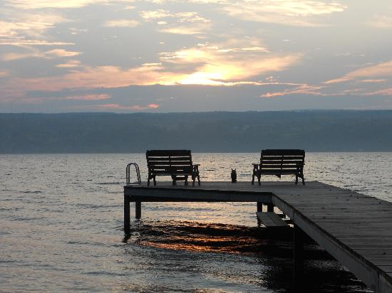 The Pearl of Seneca Lake B&B: Sunrise at the dock