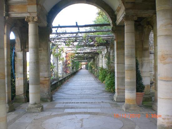 Hever Castle & Gardens : Italian Garden leading to the lake