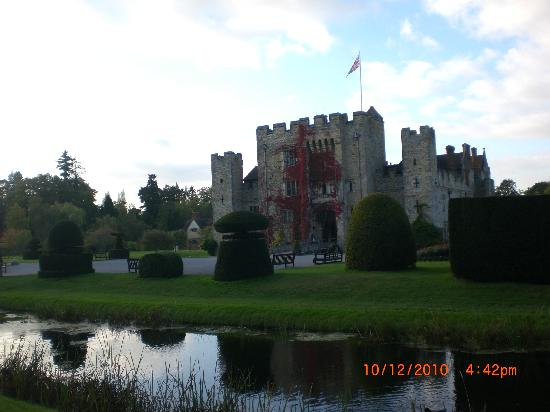 Hever Castle & Gardens : The small but nonetheless beautiful castle