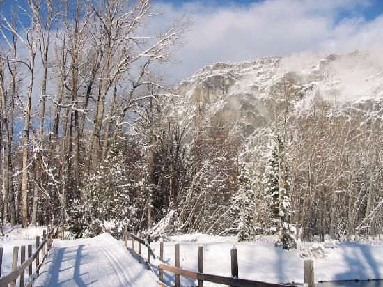 North Cascades Basecamp : X-country ski trails cross the Methow River