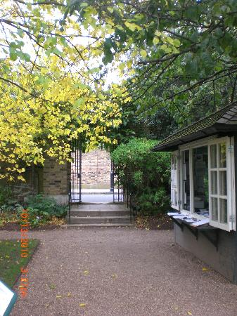Chelsea Physic Garden: The entrance to the garden is a few walks away from the main road
