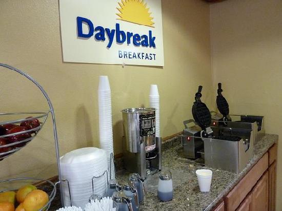 Days Inn & Suites East Flagstaff: 無料朝食エリアでの一部