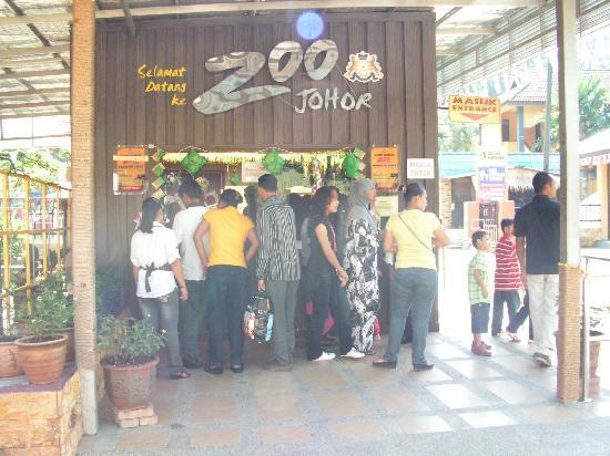 Johor Zoo: Entrance and ticketing counter.