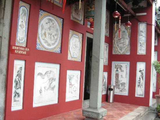 Johor Old Chinese Temple: Drawings on the wall of the temple.