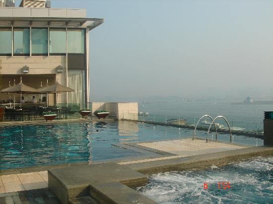 Four Seasons Hotel Hong Kong: La piscina al amancer
