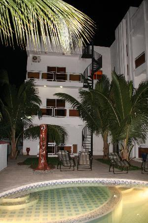 Wavecrest Hotel Gambia: Night pool view