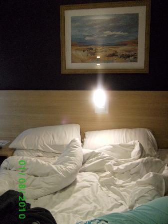 The Welcome Inn: bed