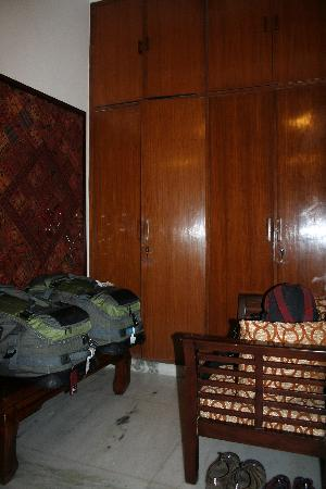 Saubhag Bed and Breakfast : Lots of space to store luggage, large closets to hang clothes