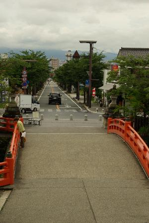 Takeda Shrine: 参道入口の鳥居の下から神橋と甲府駅方面を見る