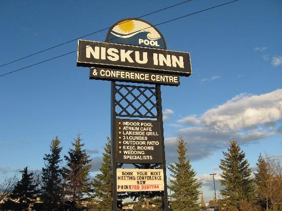 Nisku Inn & Conference Center: In front of the Inn