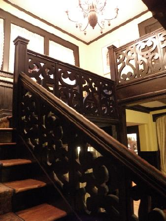 Porcupine Inn: Elegant stairway -- Mark Twain stayed here