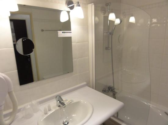 Hotel-Residence Saint Jean: Bathroom with wall to wall carpet was fine