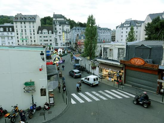 Hotel-Residence Saint Jean: View from our room to a busy intersection