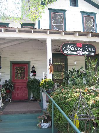 Marilyn's Melrose Inn : Entrance and porch to Melrose Inn