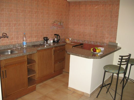 Ghazala Beach Hotel : The kitchen in suite 645.
