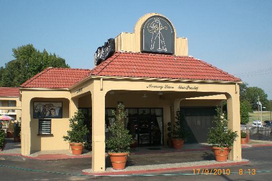 Days Inn Memphis at Graceland: Main entrance...