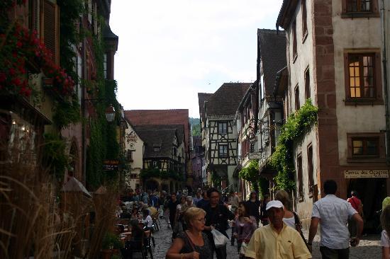 Riquewihr, France : Im Sommer ist ganz schön viel los, aber es stehen genügend Gastgärten zur Auswahl