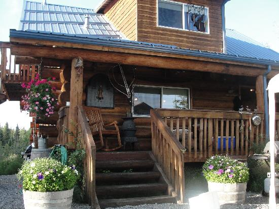 Caribou Crossing Cabins: cabin porch