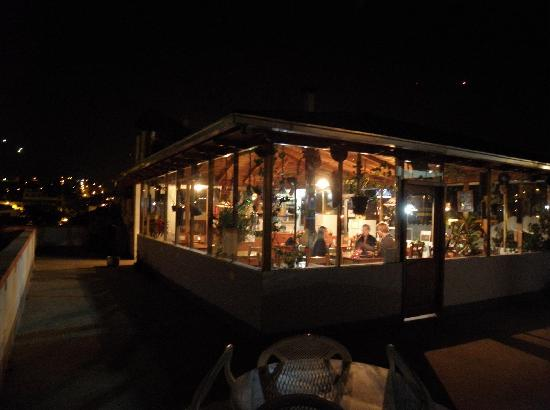 Hostal Chimenea: the roofrestaurant at night