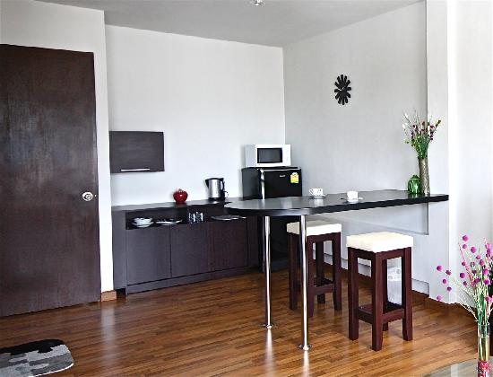 Villareal Heights: Executive Suites Dinning and Kitchenette