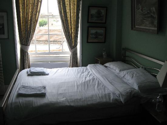 Royal Harbour Hotel: bed