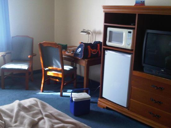 Ramada Springfield North: Desk, refrigerator and tv