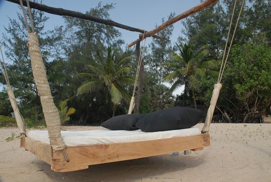 Che Shale: Swing bed on the beach