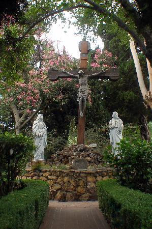 Mission San Gabriel Archangel : Statue in the garden